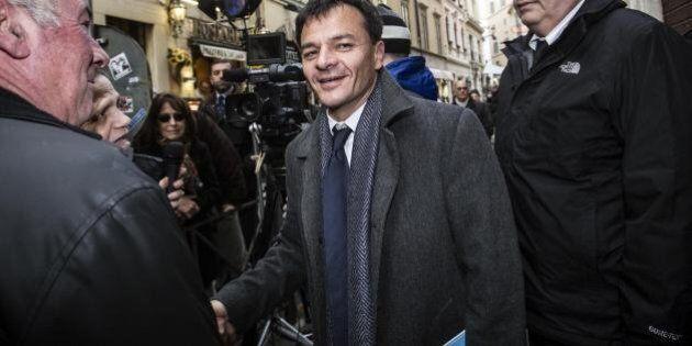 Stefano Fassina contestato in piazza dal popolo delle partite