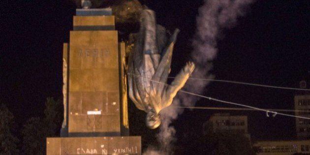 Ucraina, statua di Lenin buttata giù da manifestanti nazionalisti a Charkiv. Era la più grande d'Europa