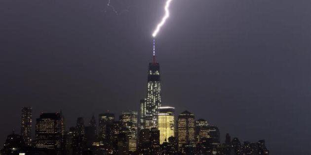 New York, la tempesta distrugge la facciata del ponte di Brooklyn. Cinque i feriti. E per il 4 luglio...
