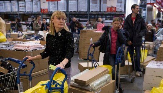 Code nei centri commerciali per spendere gli ultimi rubli