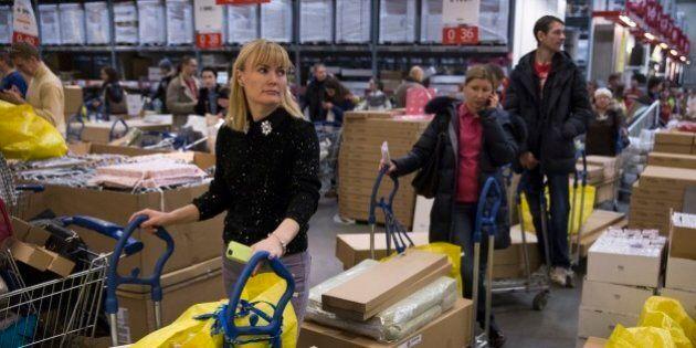 Russia, code nei negozi per spendere gli ultimi rubli. Presa d'assalto Ikea. Turismo dello shopping su...