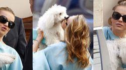 Francesca Pascale, la fidanzata di Silvio Berlusconi bacia Dudù in attesa della sentenza Mediaset