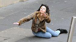 Scarlett Johansson cade sul set. Il web si scatena con i fotomontaggi