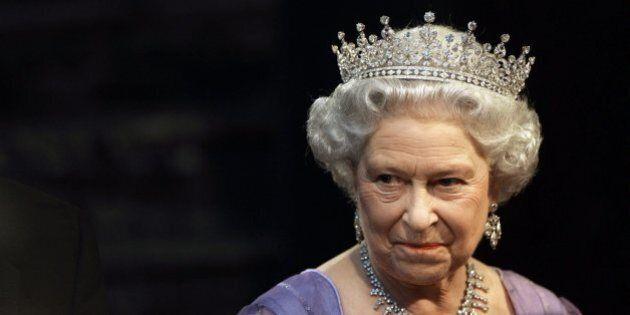 La Regina Elisabetta II abdicherà la notte di Natale? I bookmakers britannici bloccano le scommesse