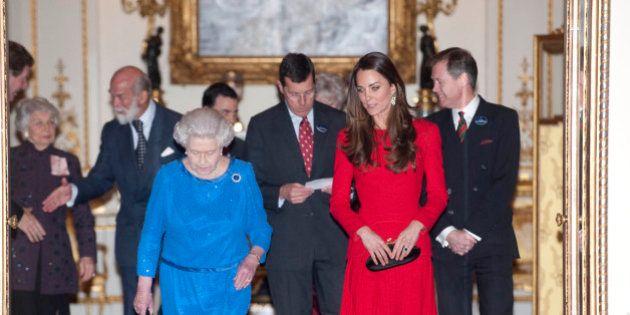 Kate Middleton sfida ancora la Regina: look rosso fuoco e gonna corta. E lascia tutti a bocca aperta