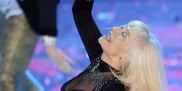 Sanremo 2014, Raffaella Carrà conquista l'Ariston: caschetto biondo, look dark, balli scatenati al Festival
