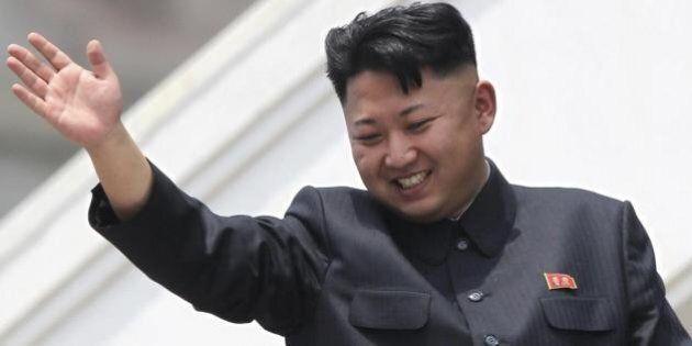 Kim Jong-un cade dai tacchi e si frattura le caviglie. Risolto il mistero della scomparsa del leader...
