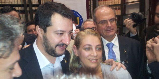 Matteo Salvini presenta il simbolo per correre nel Sud Italia. Il leader della Lega tra flash e selfie:...