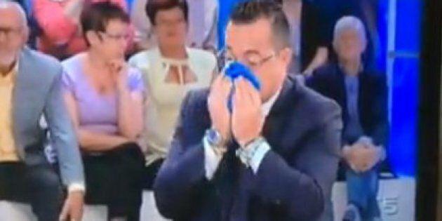 Gianluca Buonanno si soffia il naso sulla bandiera dell'Europa.