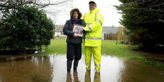 Maltempo Inghilterra: quale è la prima cosa che salvereste da un'alluvione? Il reportage di Cathal McNaughton