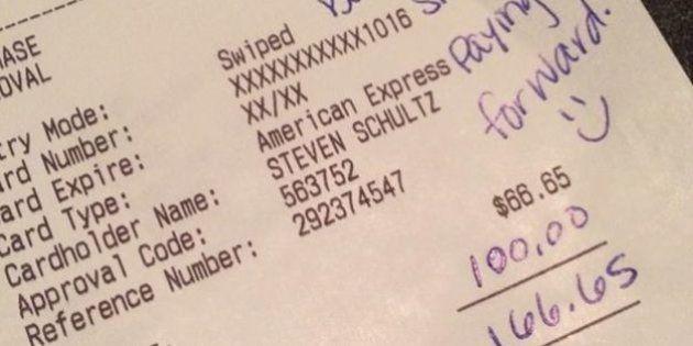Coppia di sposi lascia 100 dollari di mancia. Cena e cibo scadente ma il cameriere mantiene il sorriso....