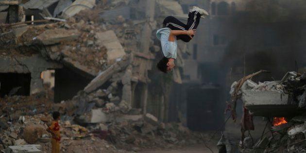 Parkour tra le macerie di Gaza. Per i ragazzini cresciuti sotto le bombe, l'acrobazia è la norma