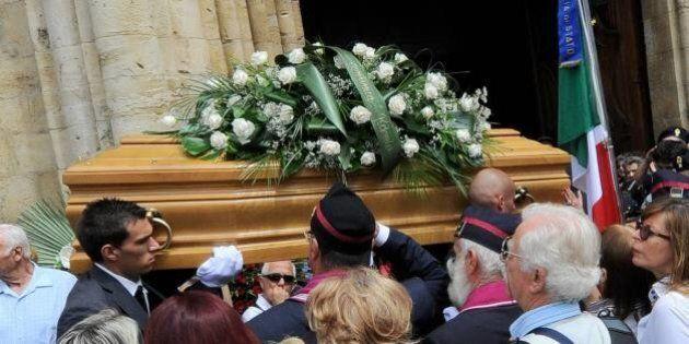 Giorgio Faletti, i funerali ad Asti. In migliaia affluiscono alla camera ardente.
