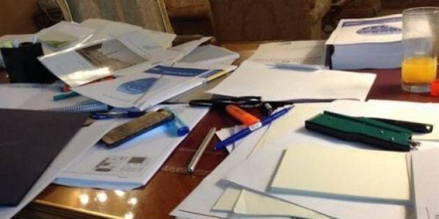 Matteo Renzi e la scrivania piena di carte, lo scatto fa il giro del web. L'ironia di twitter:
