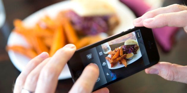 Instagram: guardare le foto dei cibi aumenta il senso di sazietà. La dieta sui social