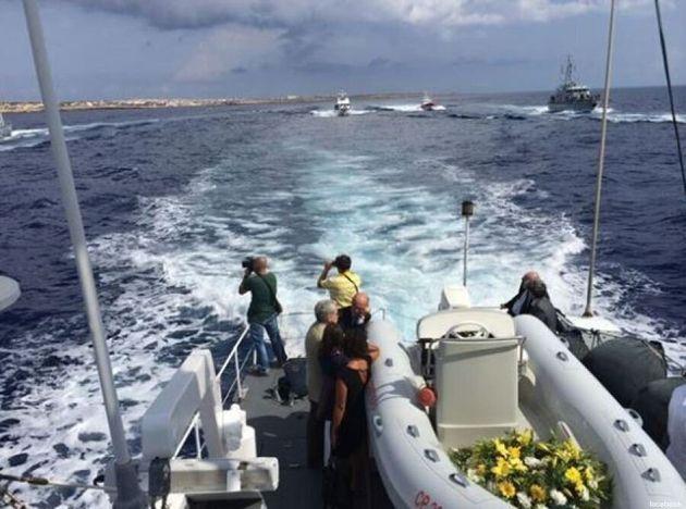 Lampedusa, l'anniversario del naufragio del 3 ottobre. Martin Schulz contestato. Mogherini: