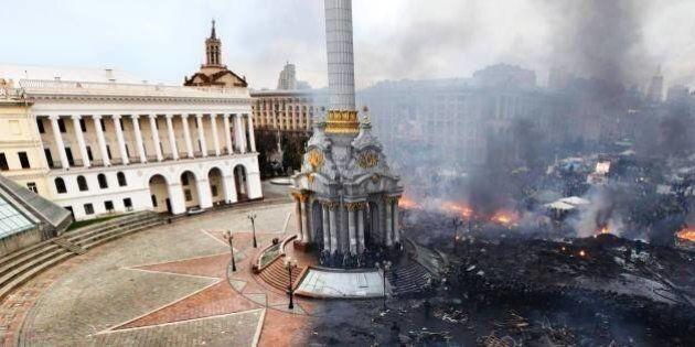 Ucraina, Piazza Maidan prima e dopo gli scontri: la foto simbolo che racconta la devastazione