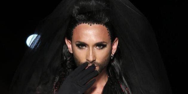 Conchita Wurst, la drag queen barbuta sfila per Jean Paul Gaultier alla Paris Fashion Week