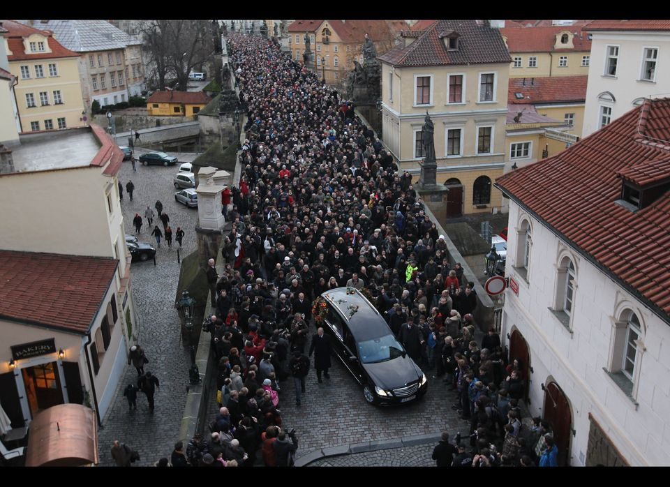 Mourners follow a hearse carrying the coffin of former Czech President Vaclav Havel across Charles Bridge on its way to Pragu