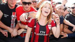 Barbara con la maglia rossonera al vernissage di Casa Milan