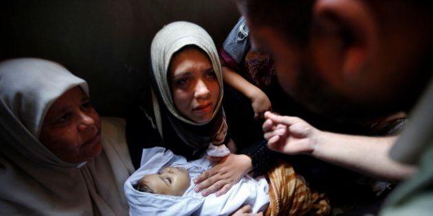 Israele Gaza, ancora bombe sulla Striscia: oltre cento vittime. Hamas rivendica razzi su aeroporto Tel...