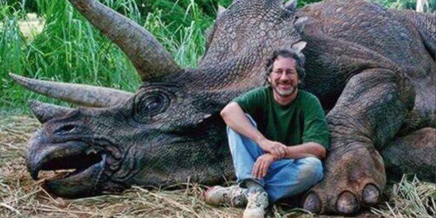 Steven Spielberg, in posa su Fb con un dinosauro