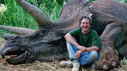 Steven Spielberg fotografato con un dinosauro
