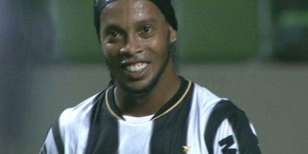 Ronaldinho, nuovo sorriso mostrato in campo. Le immagini dopo l'operazione chirurgica