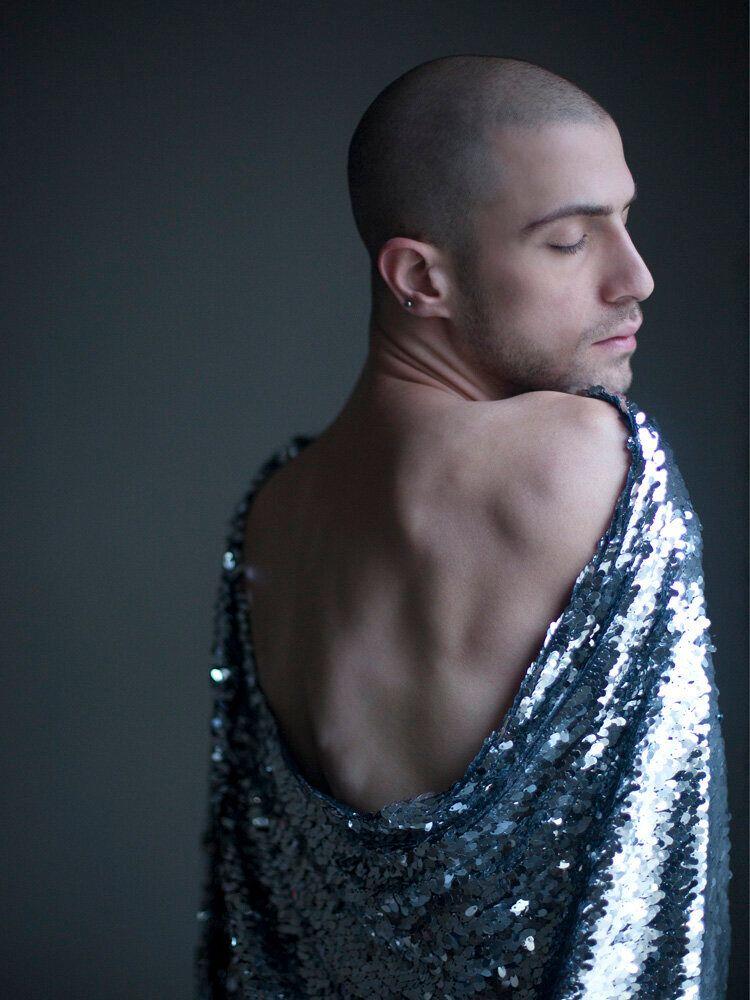 Nir Arieli. Le foto ritratto che mostrano il lato femminile della mascolinità