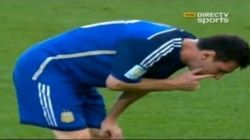 E Messi vomita di nuovo in campo (FOTO,