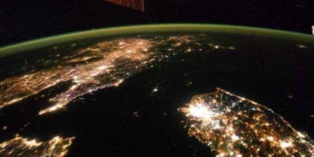 La Corea del Nord dallo spazio sembra un buco nero senza luce. L'immagine della Nasa