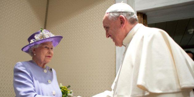 Papa Francesco, Elisabetta dà il cambio a Obama. Staffetta tra il primo mito del nuovo millennio e l'ultima...