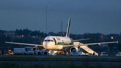 Fiumicino: l'aereo atterra su un fianco, senza