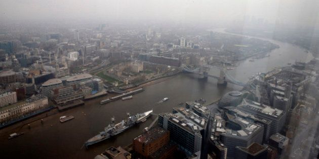 Londra nella nebbia, lo smog colora di grigio la capitale britannica