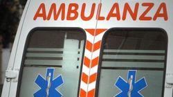 Napoli, ambulanza bloccata da auto in sosta: muore paziente