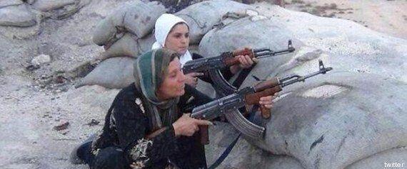 Isis, a Kobane donne e bambini imbracciano i fucili per fermare l'Isis. I raid della coalizione frenano...