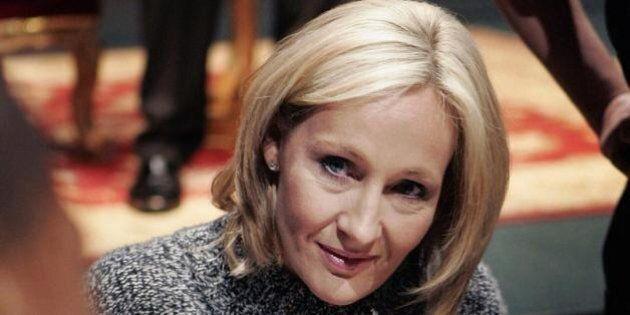 J.K Rowling pubblica su Twitter misteriosi messaggi sul nuovo romanzo. La scrittrice di Harry Potter...