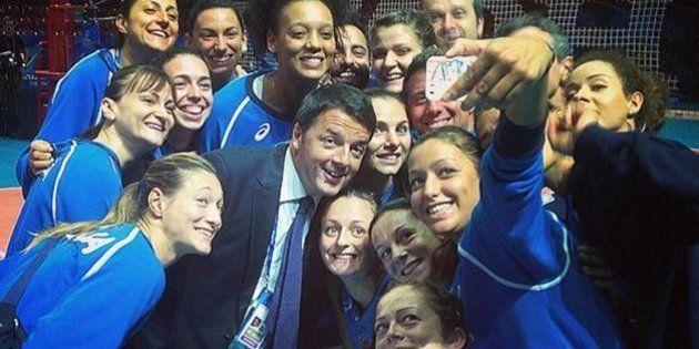 Il premier Matteo Renzi si fa un selfie con le ragazze della Nazionale di pallavolo impegnate nel Mondiale