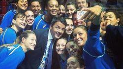 Renzi si fa il selfie con le azzurre della pallavolo in nome di Mila e