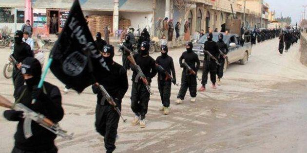 Isis, indagine sull'arsenale del Califfato Islamico: quasi il 20% delle armi è di produzione