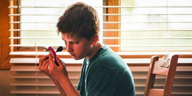 Luca ruba il rossetto alla mamma, Emma vuole essere un supereroe. Storie di bambini arcobaleno