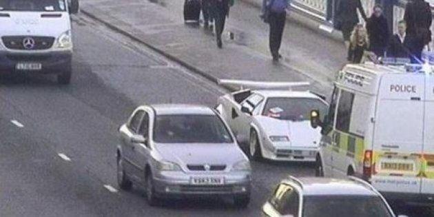 Lamborghini su Tower Bridge, il proprietario inseguito dalla polizia finisce la benzina e la abbandona...