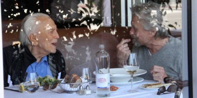 Michael Douglas e Kirk Douglas a pranzo insieme a Beverly Hills: riunione familiare per i due attori