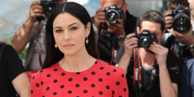 Monica Bellucci a pois, l'attrice sul red carpet di Cannes insieme alle sorelle Rohrwacher (FOTO,