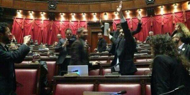ll Movimento 5 Stelle occupa i banchi del Governo, seduta sospesa e bagarre. Laura Boldrini:
