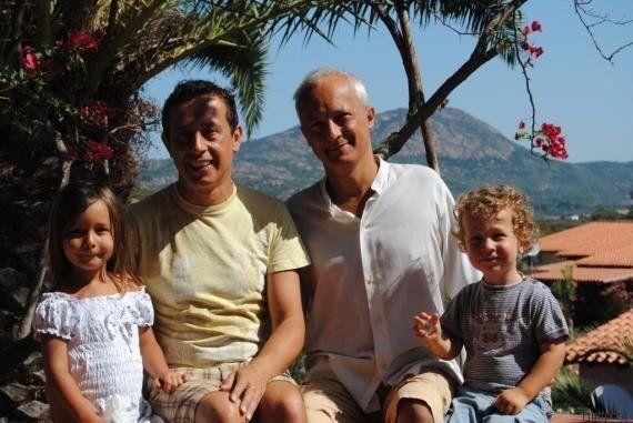 Lia e Andrea figli di una coppia gay, nati da una madre surrogata. Franco e Tommaso: