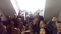 Bloccati in Parlamento, cantano l'inno nazionale e sfidano i terroristi
