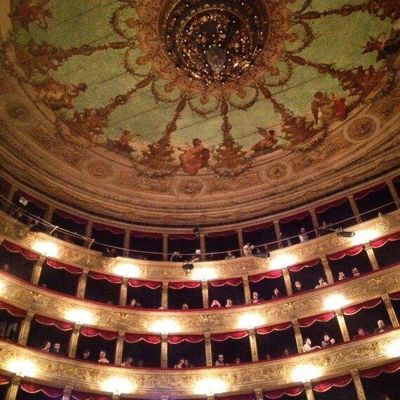 Il ritorno a teatro di Anna Marchesini: grandi emozioni e quindici minuti di