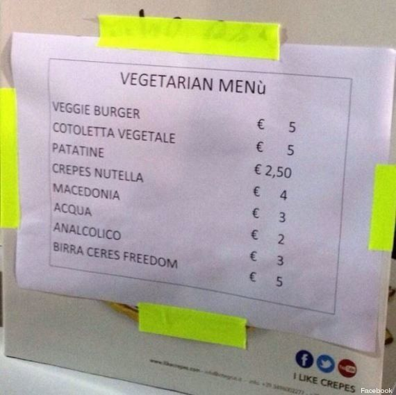 Morrissey, al concerto di Roma solo panini vegetariani. Nel palazzetto spuntano i cartelli