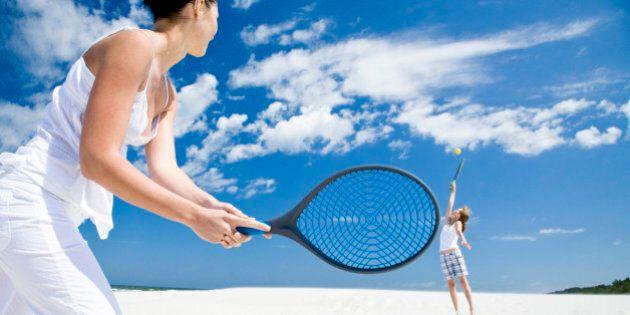 Come bruciare calorie: 17 modi facili e divertenti da sperimentare questa estate. Tennis, beachvolley,...